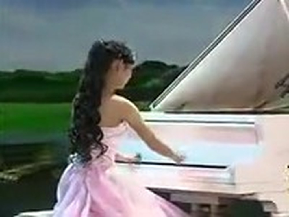 Girl With No Fingers Plays the Piano Beautifully