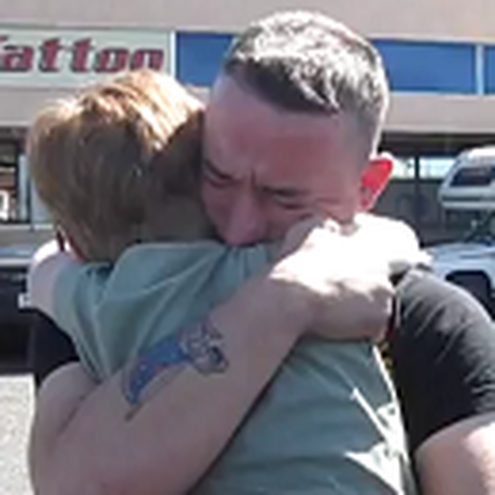 Marine Surprises his Little Sister - the Reaction is Heartwarming
