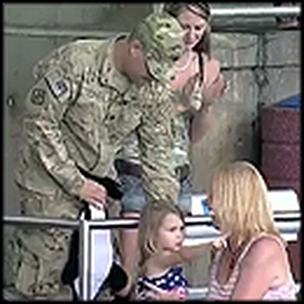 Military Father Surprises his Daughter at Seaworld - Tears Follow
