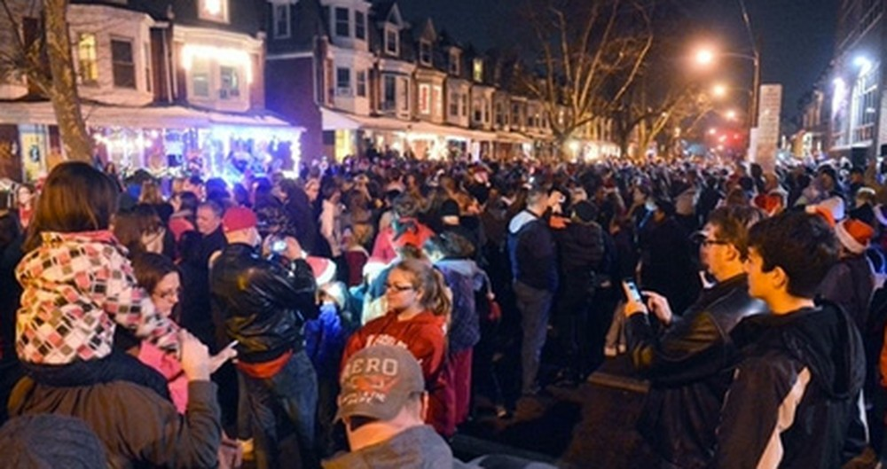 Thousands of People Gather to Sing Christmas Carols to a Dying Girl - Incredibly Touching