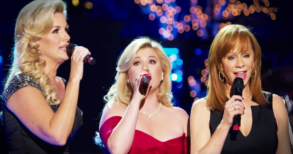 Kelly Clarkson, Trisha Yearwood and Reba McEntire Sing 'Silent Night'
