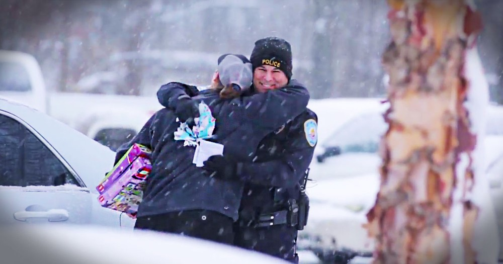 Police Officers Surprise Drivers With Presents Instead Of Tickets