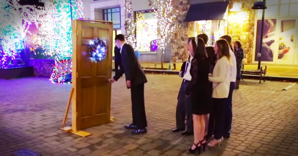 A Cappella Group Christmas Carols...Flashmob Style