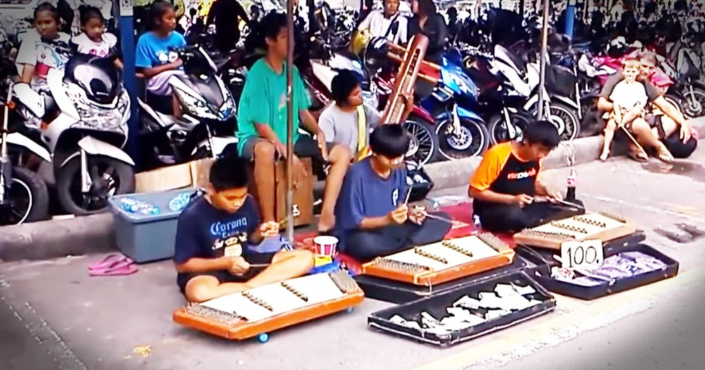 Street Musicians Wow With 'I Will Survive'