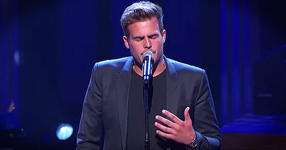Country Singer Dedicates Emotional Performance To Late Mother