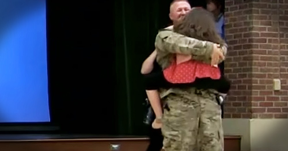 Army Captain Surprises 2nd Grade Daughter With Sweet Homecoming