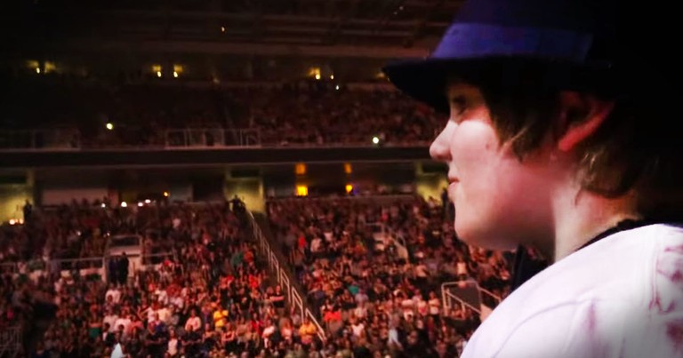 This Super Star Stopped His Sold-Out Concert To Sing To One Special Boy. This Gave Me Chills!