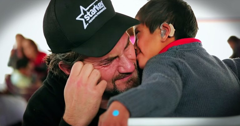 Recording Star Matt Nathanson Gives Away 100s of Hearing Aids