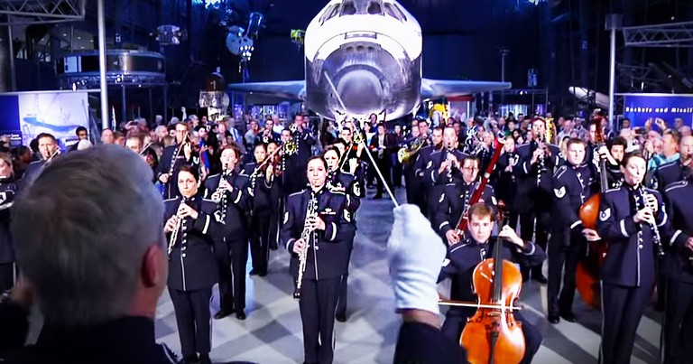 The Air Force Band Surprises Visitors With A Christmas Flash Mob
