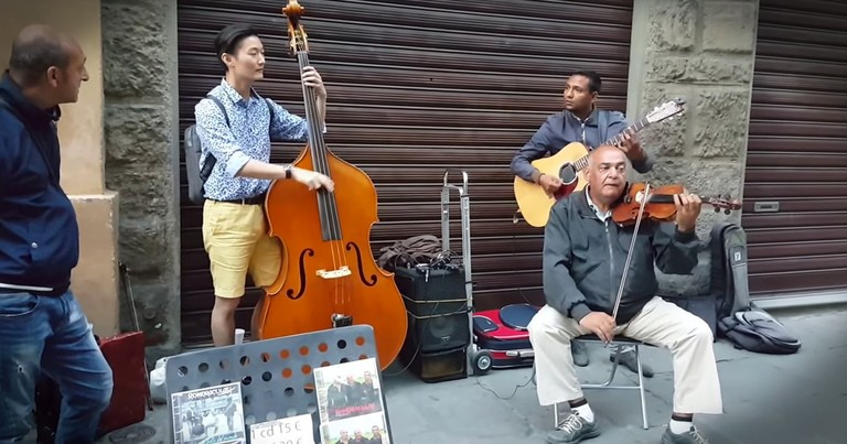 Tourist Joins Street Musicians And Wows Us