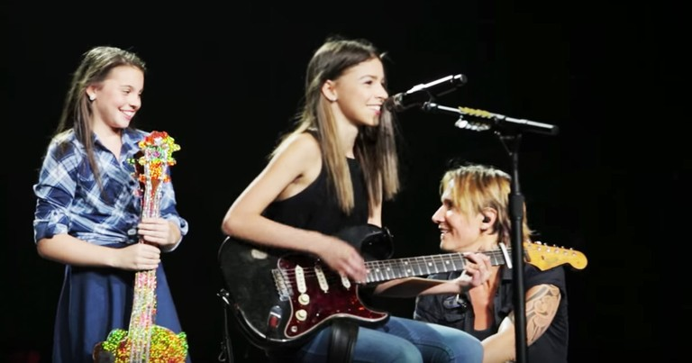 Keith Urban Pulls 2 Sisters On Stage And They Wow The Crowd