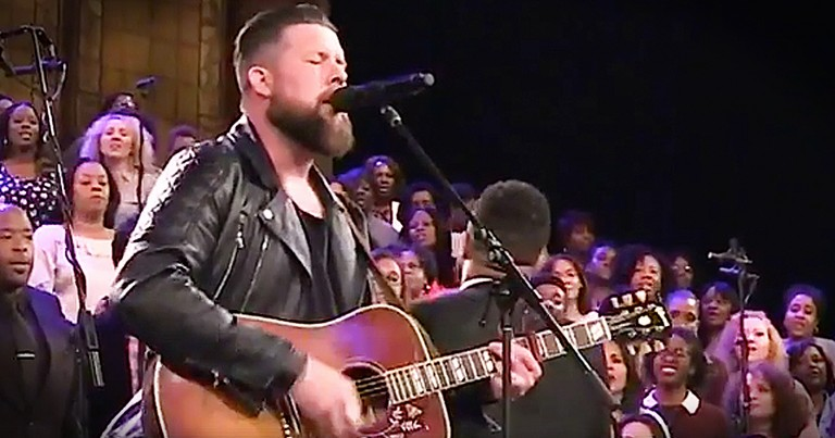 Zach Williams Performs 'Chainbreaker' With Gospel Choir