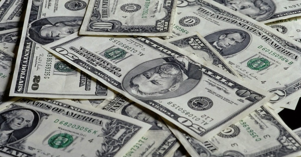 10 Signs You Love Money Too Much