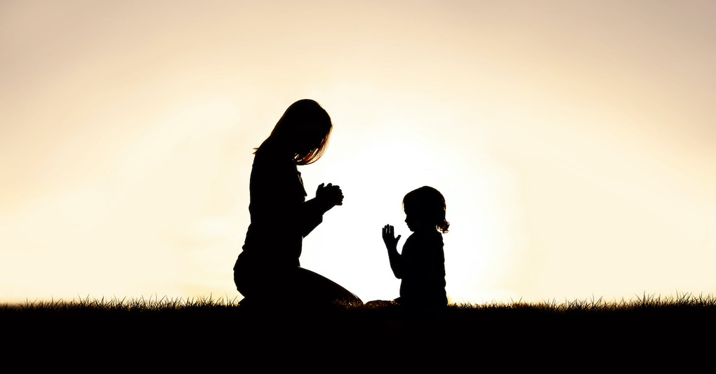 Mom and child praying in the morning, inspiring morning prayers for kids