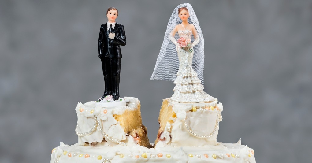 wedding cake with divide between groom and bride, most common roots of jealousy in marriage