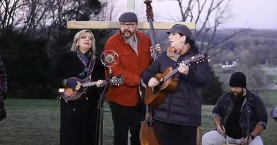 'The Old Rugged Cross' Bluegrass Performance From The Isaacs