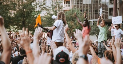 Sean Feucht leading worship, Thousands gather in worship in Texas