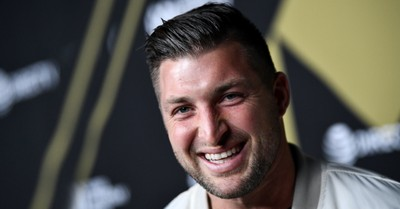 Tim Tebow, Tebow donates 50 pairs of shoes to a homeless shelter in AZ