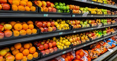 A produce isle in a grocery store, students in TX start a grocery store for those in need
