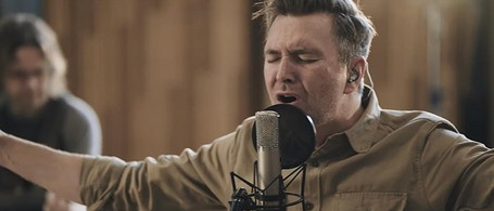 Travis Cottrell Sings New Christmas Worship 'Glory In The