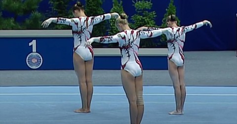 3+Acrobatic+Gymnasts+Perform+Synchronized+Routine+And+Now+It%27s+Gone+Viral