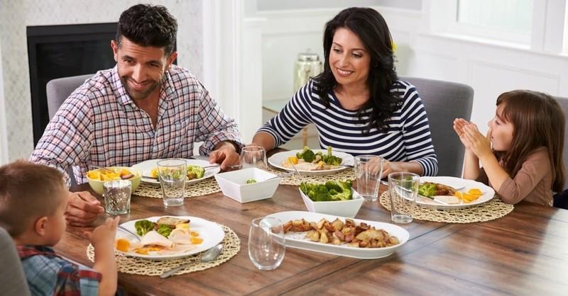 prayer before meal, family dinner