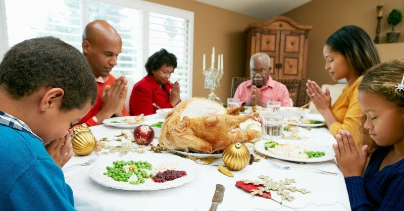 7 Prayers for Christmas Dinner to Renew the Hearts of Everyone Present