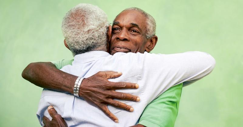 hombre mayor abrazando a otro mentor hombre mayor
