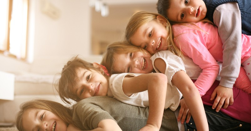 5 siblings ontop of eachother in livingroom