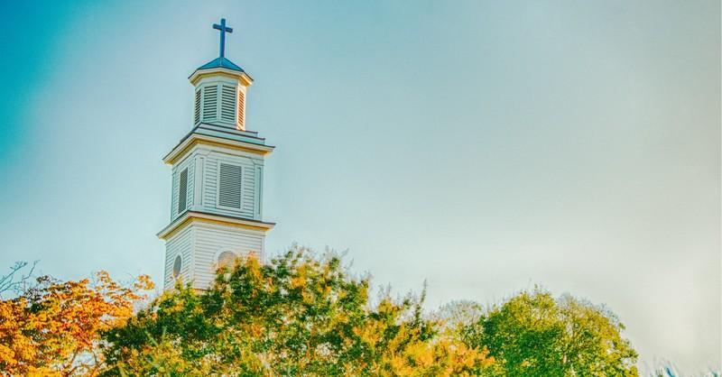 Un campanario de la iglesia, las iglesias deben abrir ahora o nunca lo harán