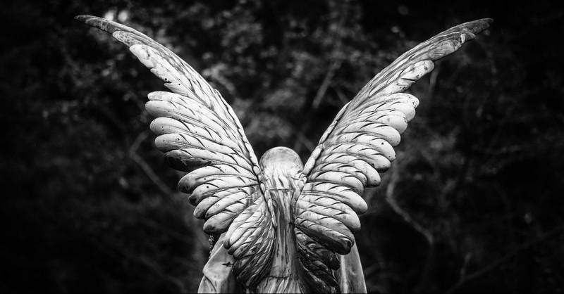 Una estatua de ángel llorando
