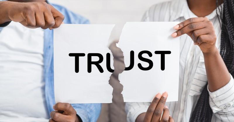 Pareja rompiendo la palabra confianza en medio engaño infidelidad