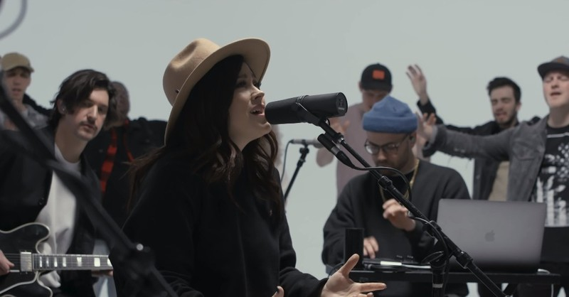 'Hosanna' Acoustic Performance From Kari Jobe and The Belonging Co.