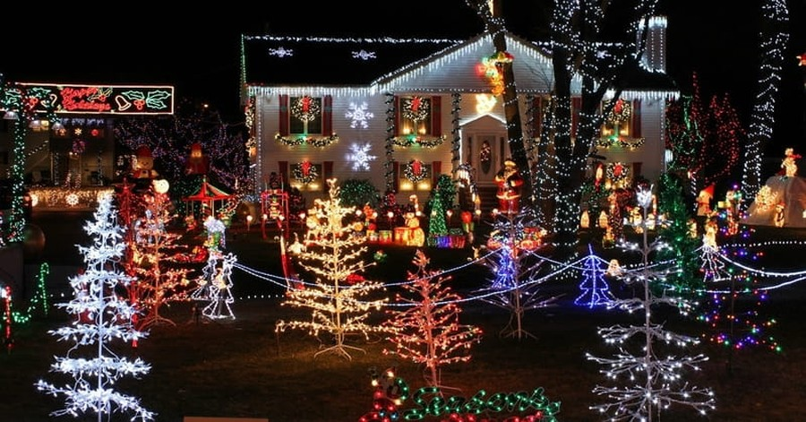 Homeowners Association Demands That Man Take Down Extensive Christmas Display