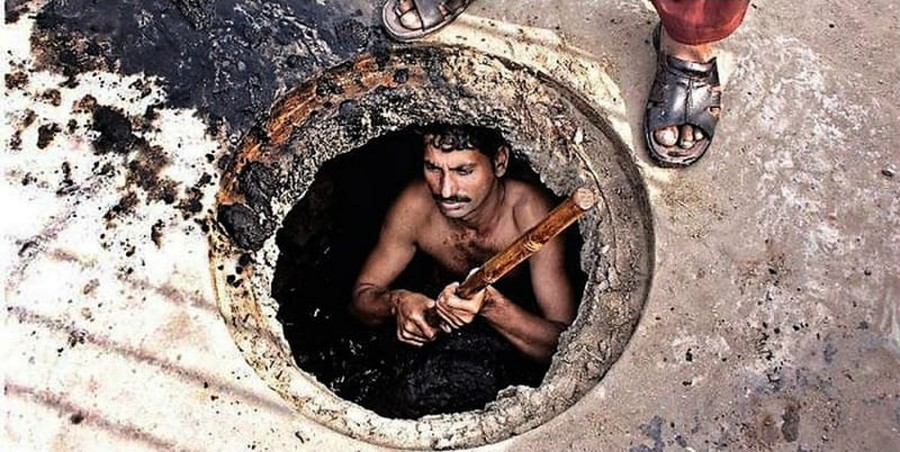 Pakistani Sewage Worker Dies after 3 Doctors on Ramadan Fast Refuse to Touch Him