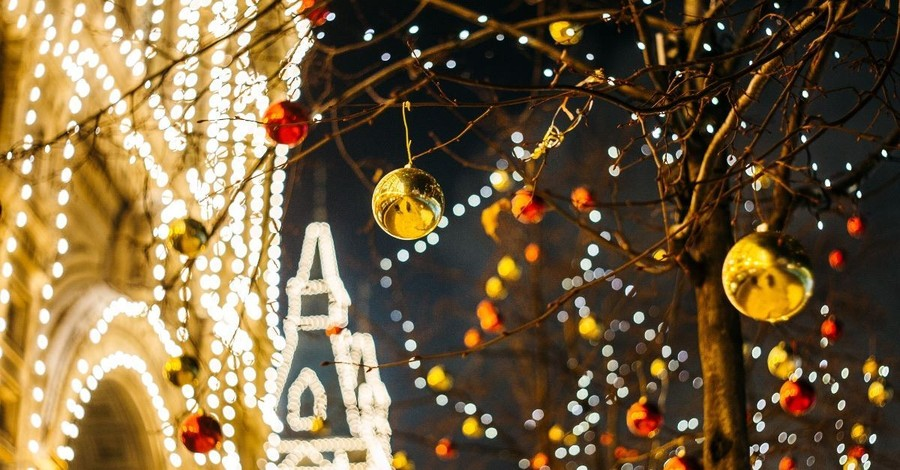 Man Tries to Rescue Christmas Decoration