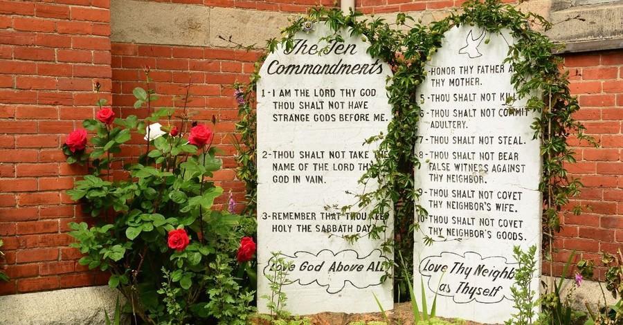 Ten Commandments No Longer 'Applies to Us,' Says Popular Megachurch Pastor