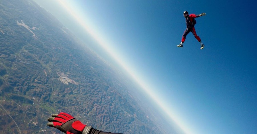 Skydiver Survives 200-Foot Fall following Mid-Air Collision, Says Jesus Saved His Life