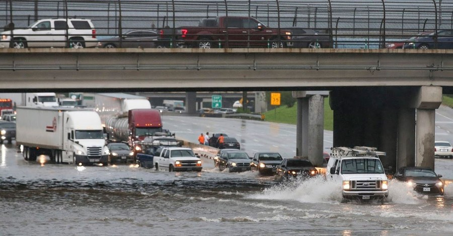 Flooding in Texas Leaves at Least 2 Dead, Parts of Houston under Water