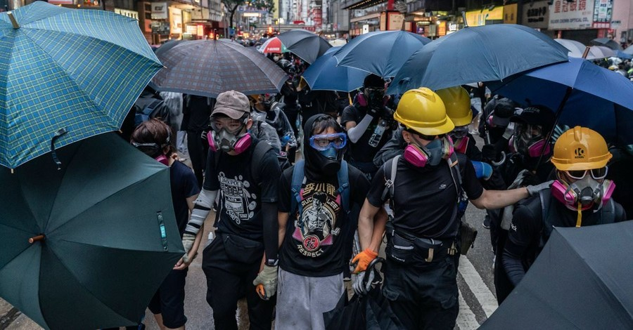 Christian Volunteers in Hong Kong Stand Between Police and Protesters, Hope to End the Violence