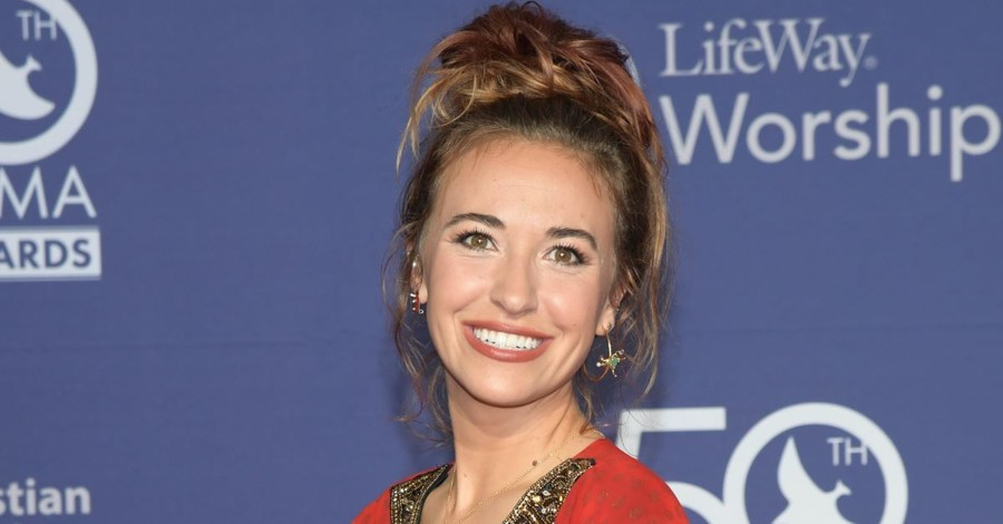 Lauren Daigle Wins Artist of the Year at 2019 Dove Awards