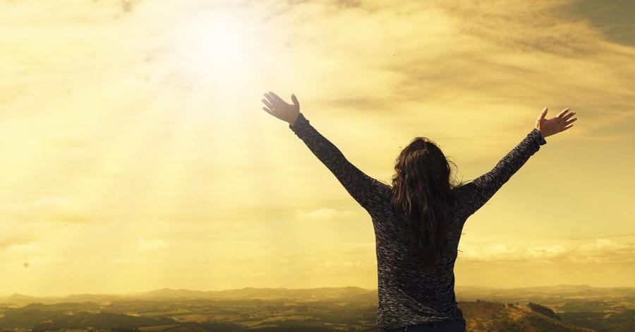 Woman praising, Global prayer event seeks to reach 1 billion people