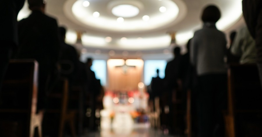 Church service, Judge files an injunction asserting that public officials cannot only place limits on worship services