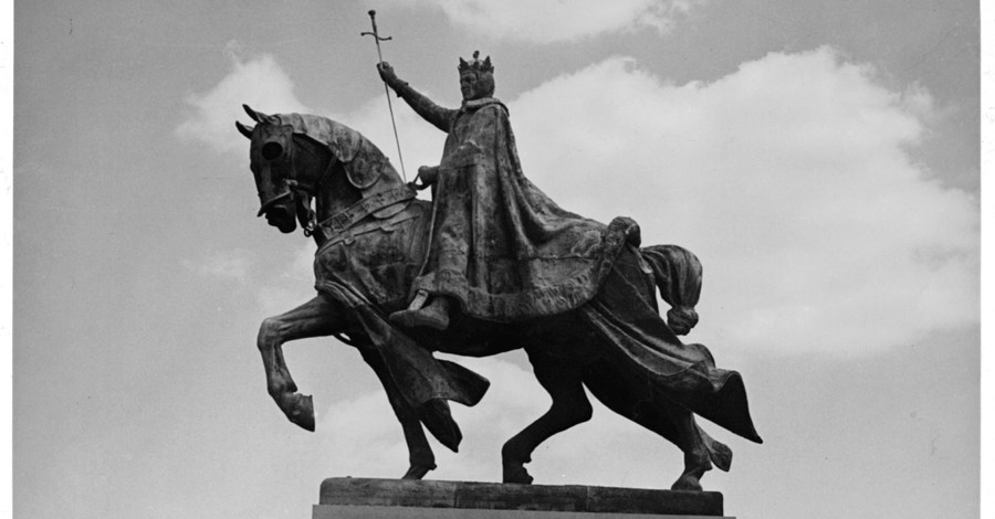 King Louis IX statue in St. Louis, Protestors call for the removal of a statue of King Louis IX in St. Louis