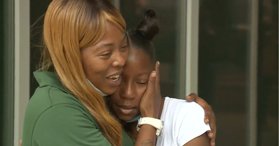 Shetara Sims and her daughter, Sims gives her $100 lottery winnings to an injured cop