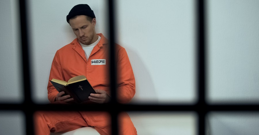 prisoner reading the bible in jail, Prison Fellowship distributes 100000 Bibles to prisoners