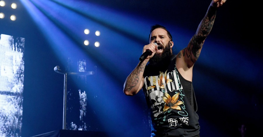 John Cooper of Skillet on stage, Cooper prays for racial reconciliation