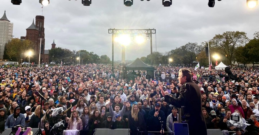 People worshipping in DC, 35000 show up to Sean Feucht's worship tour in DC