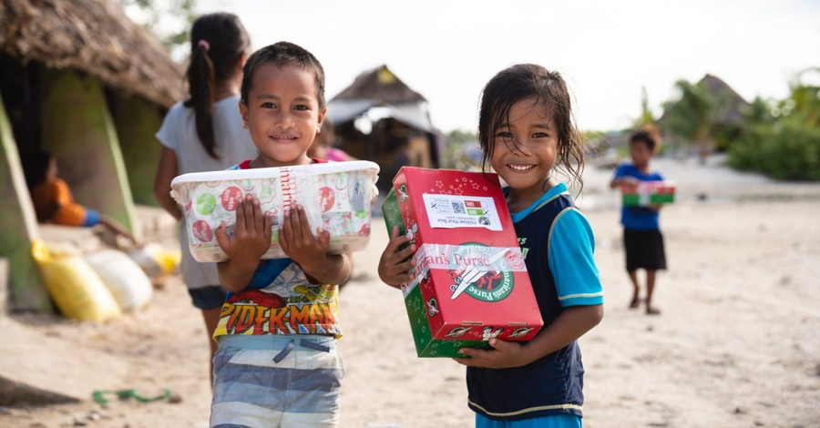 Kids with operation Christmas child boxes, School ends participation in OCC over complaint from an atheist group