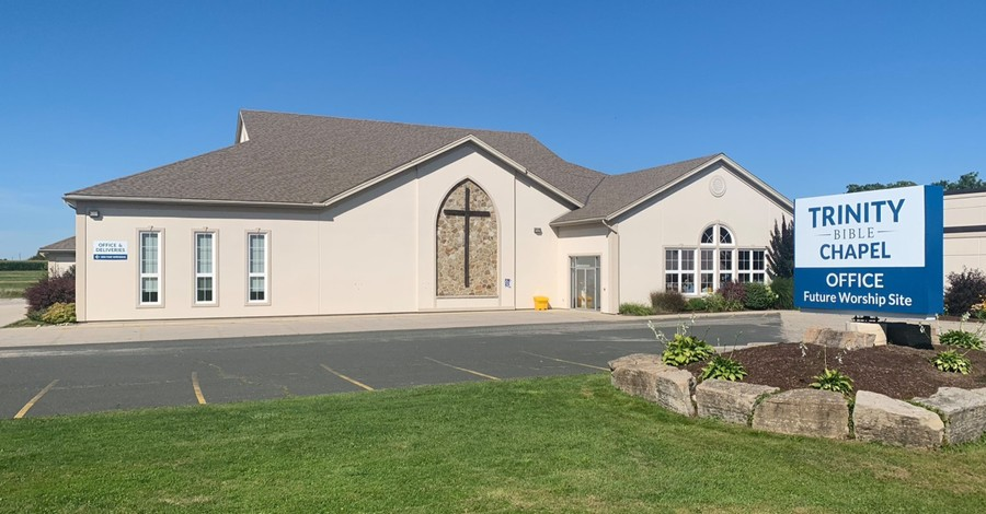 Trinity Bible Chapel, Canadian officials lock the doors of Trinity Bible Chapel over COVID-19 restriction violations